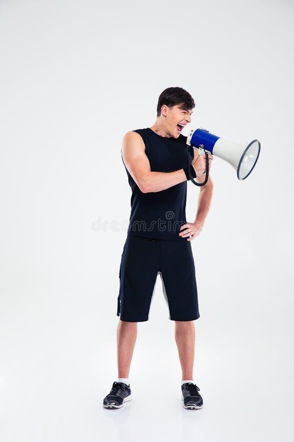 Homme de forme physique criant dans le haut-parleur photos stock