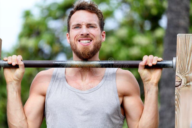 Homme de forme physique de Crossfit exerçant la séance d'entraînement de menton-UPS image libre de droits