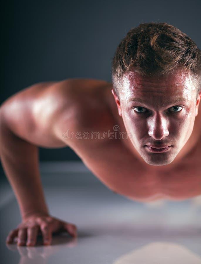 Homme de forme physique faisant des pousées sur le plancher photo libre de droits