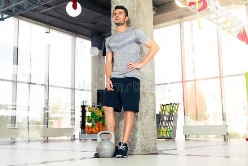 Homme de forme physique se reposant au gymnase images stock