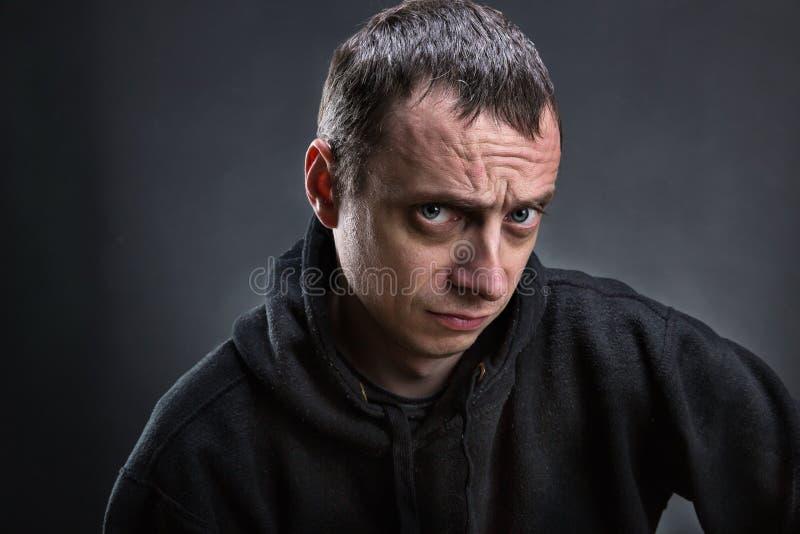 Homme de froncement de sourcils adulte photo libre de droits