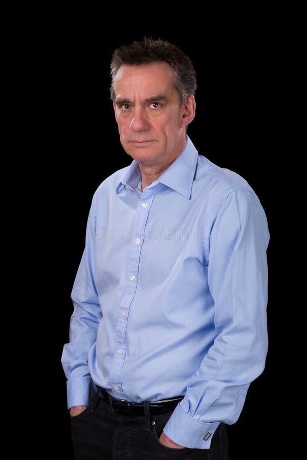 Homme de froncement de sourcils fâché d'affaires dans la chemise bleue image stock
