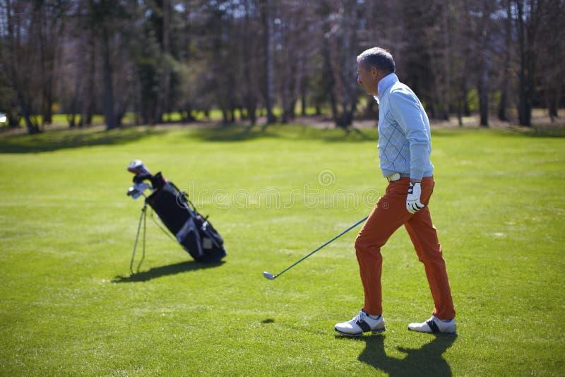 Homme de golfeur avec sa valise photographie stock