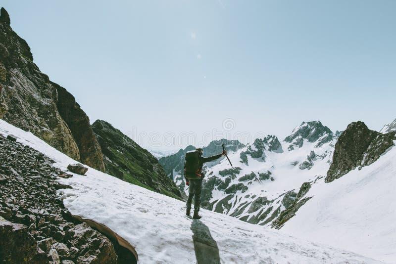 Homme de grimpeur avec l'alpinisme de hache de glace photo libre de droits
