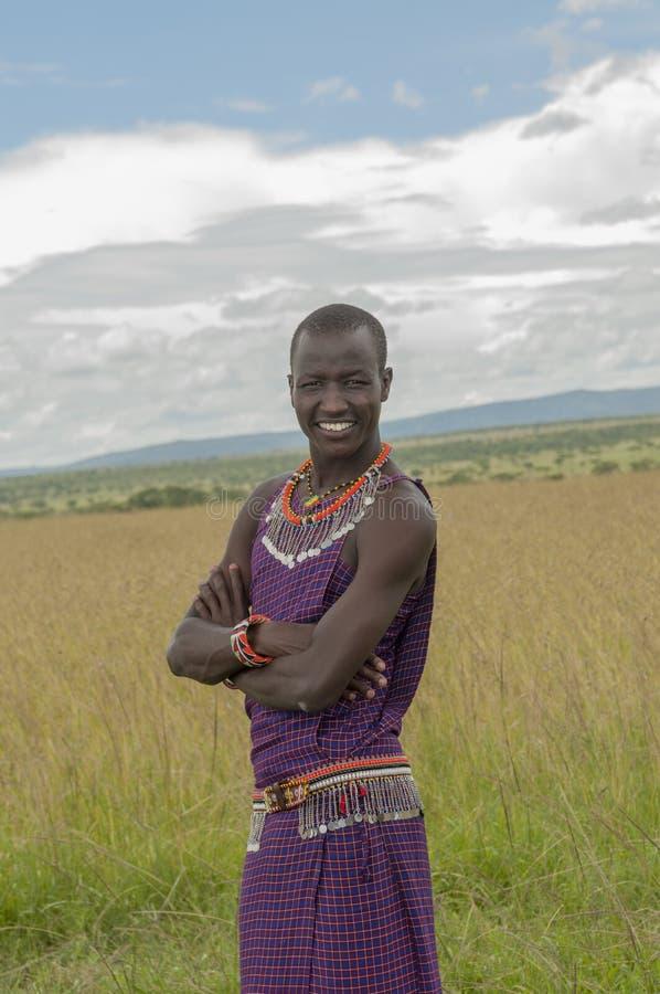 Homme de guerrier de masai si pleine robe traditionnelle avec les bandes perlées de ceinture et de cou images stock