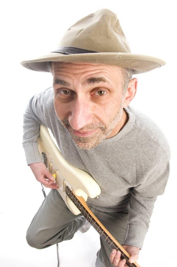 homme de guitare jouant l'aîné image stock