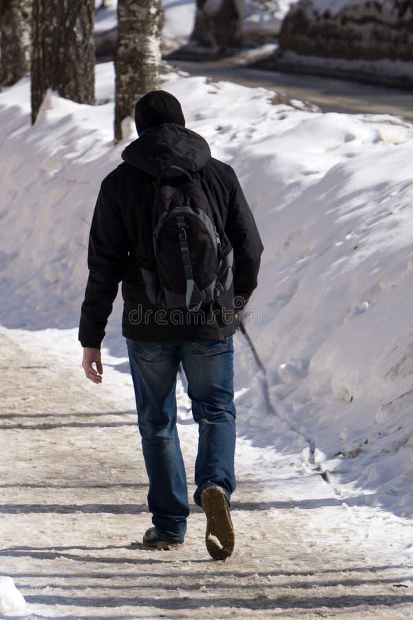 Homme de hippie dans le capot marchant par la rue de ville photo libre de droits