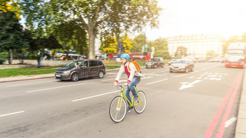 Homme de hippie faisant un cycle à Londres image libre de droits