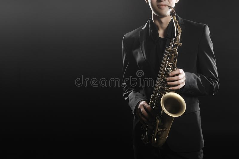 Homme de jazz de saxophoniste de joueur de saxophone photo libre de droits
