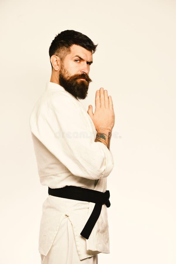 Homme de karaté avec le visage strict dans l'uniforme Concept japonais d'arts martiaux Le maître du Taekwondo avec la ceinture no photo libre de droits