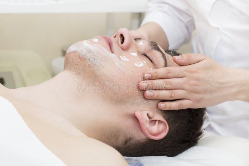 Homme de la procédure de cosmétique de masque photographie stock libre de droits