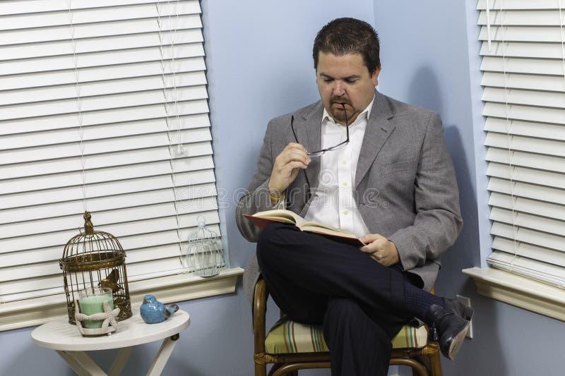 Homme 2 de lecture photographie stock libre de droits