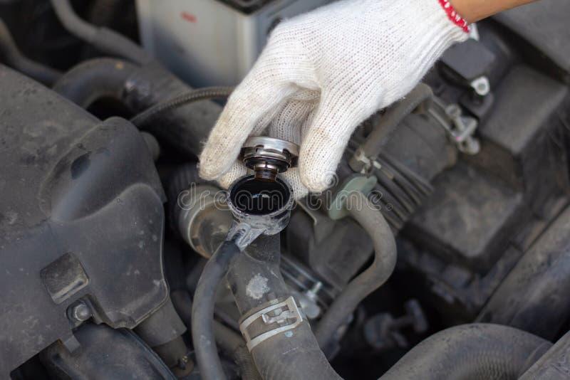 Homme de mécanicien vérifiant le réservoir de refroidissement de radiateur Le conducteur vérifient le Ca images libres de droits
