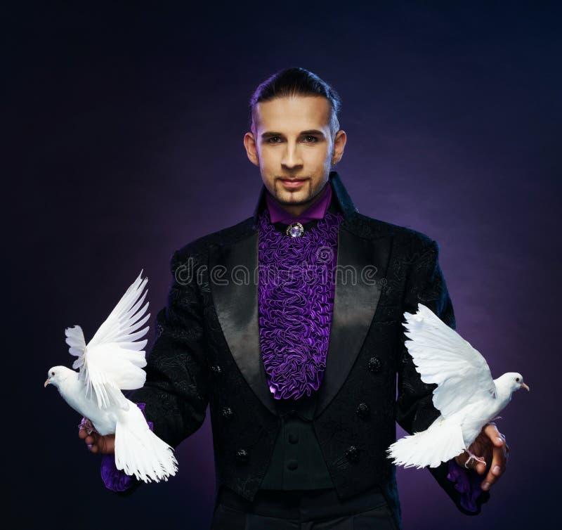Homme de magicien dans le costume d'étape images stock