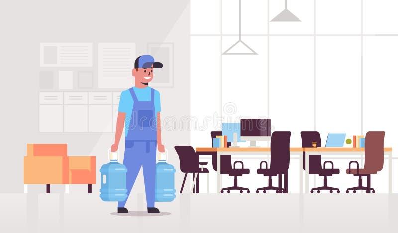 Homme de messager dans l'uniforme portant deux bouteilles d'appartement intérieur de bureau moderne de concept de service de livr illustration libre de droits