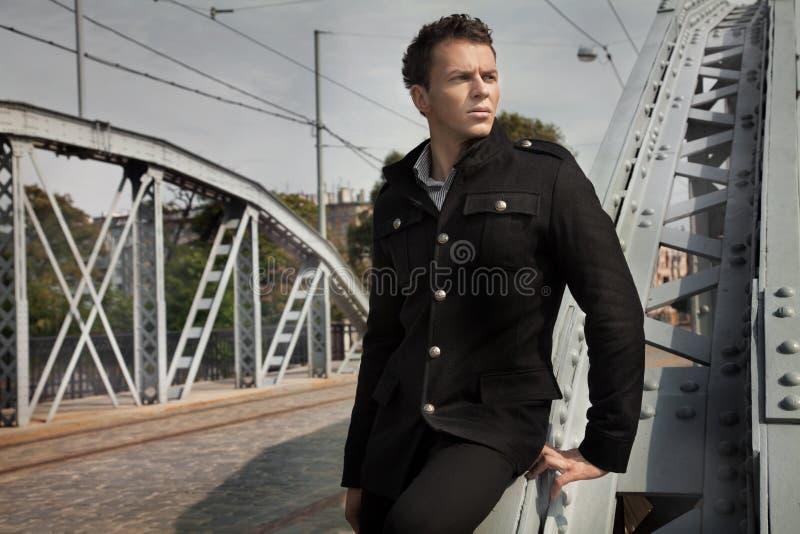 Homme de mode avec l'architecture attrayante photographie stock libre de droits