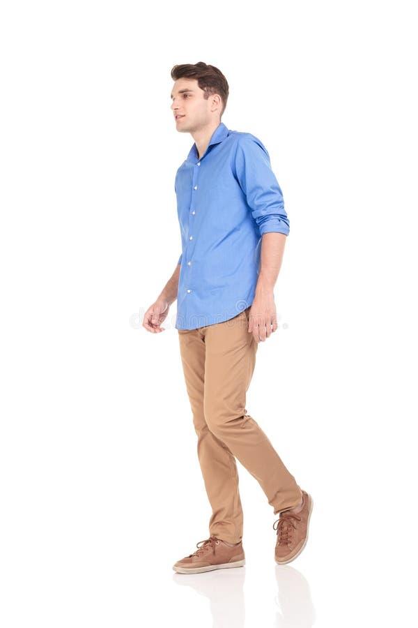 Homme de mode marchant sur le fond d'isolement images libres de droits