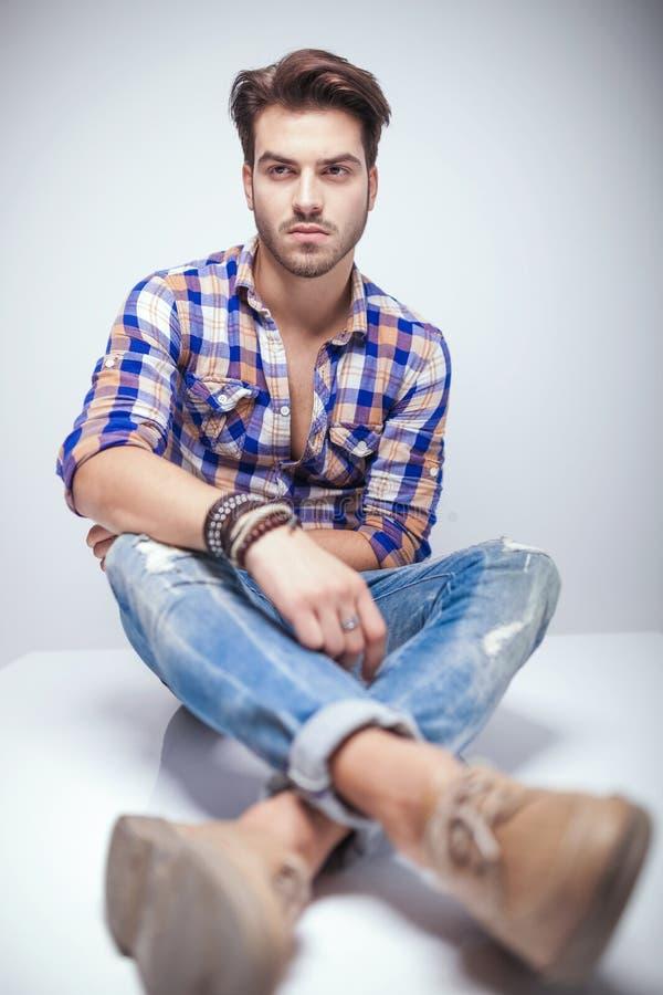 Download Homme De Mode Regardant à Partir De L'appareil-photo Image stock - Image du latin, jeans: 45370207