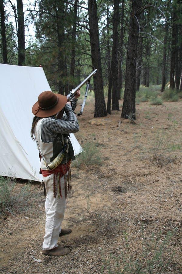 Homme de montagne disposant à allumer photographie stock libre de droits