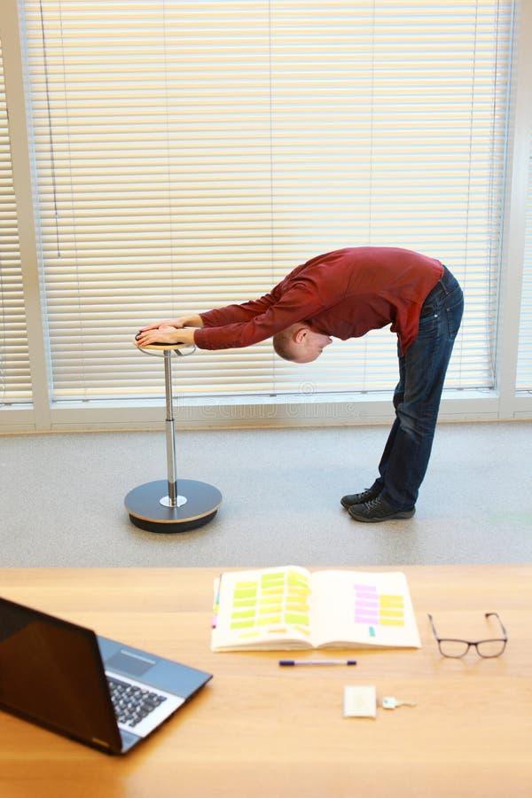 Homme de Moyen Âge faisant des exercices de recourbement photographie stock
