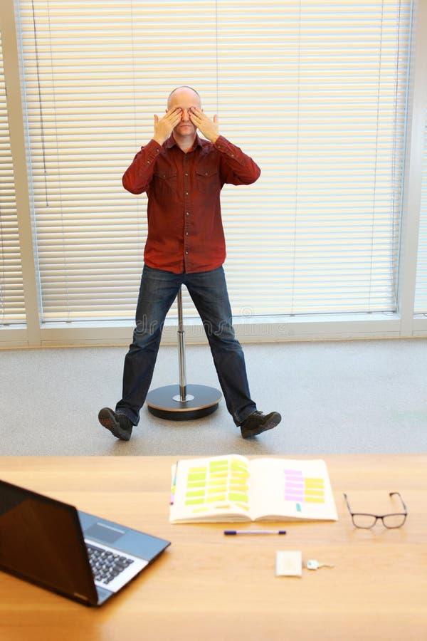 Homme de Moyen Âge faisant l'exercice d'oeil image libre de droits