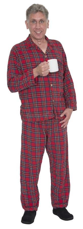 Homme de Moyen Âge, pyjamas buvant du café de matin d'isolement images libres de droits
