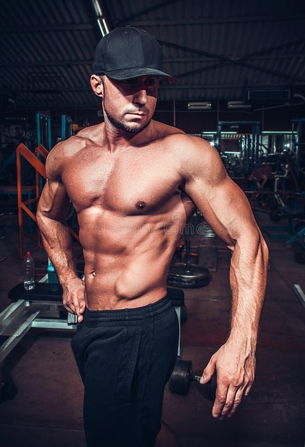 Homme de muscle qui pose image libre de droits