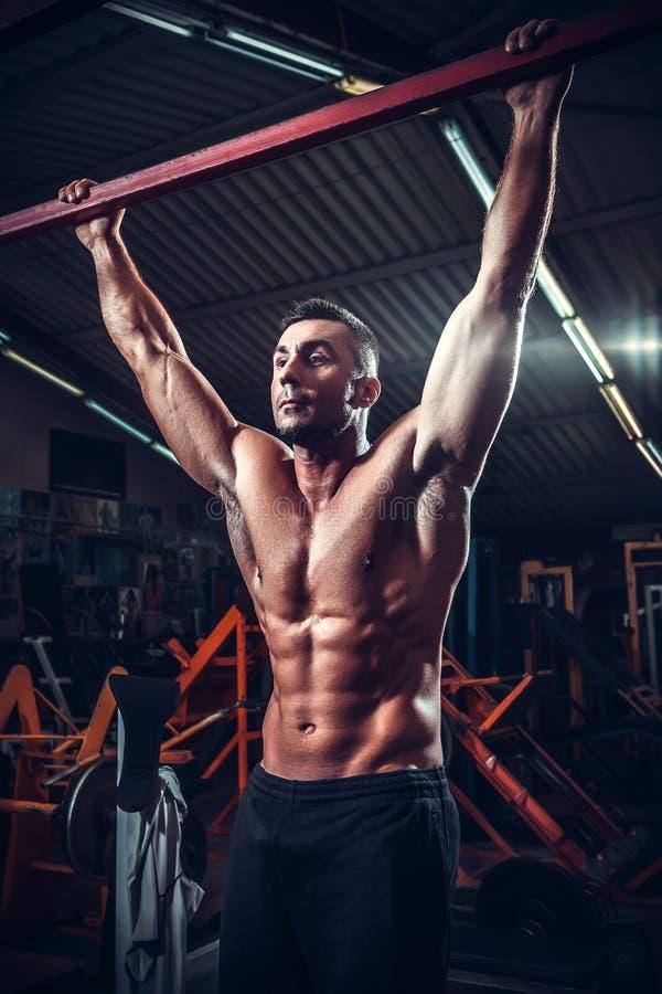 Homme de muscle qui pose image stock