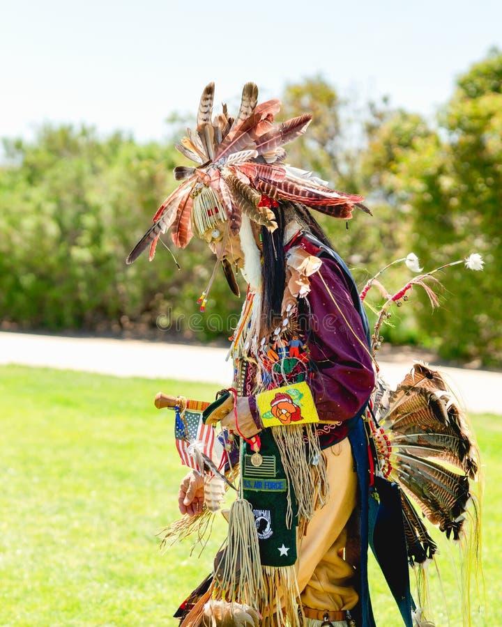 Homme de natif am?ricain dans le plein r?galia ? l'assembl?e 2019 de jour de Chumash et au rassemblement de tribus dans Malibu, C image libre de droits