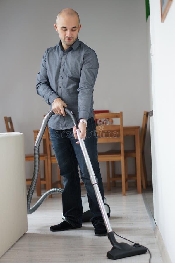 Homme de nettoyage photographie stock