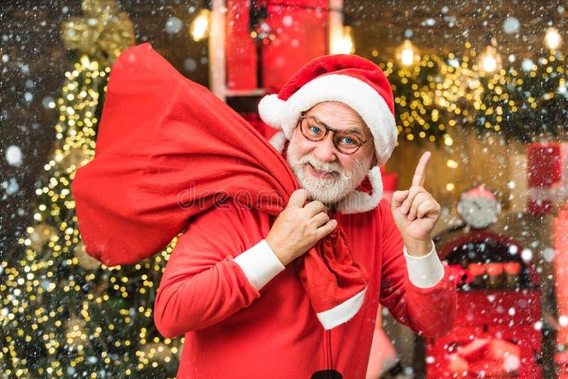 Homme de Noël dans la neige Joyeux Noël et joyeux Nouvel An Joyeux hiver Funny Santa Carte de voeux de Noël avec images stock