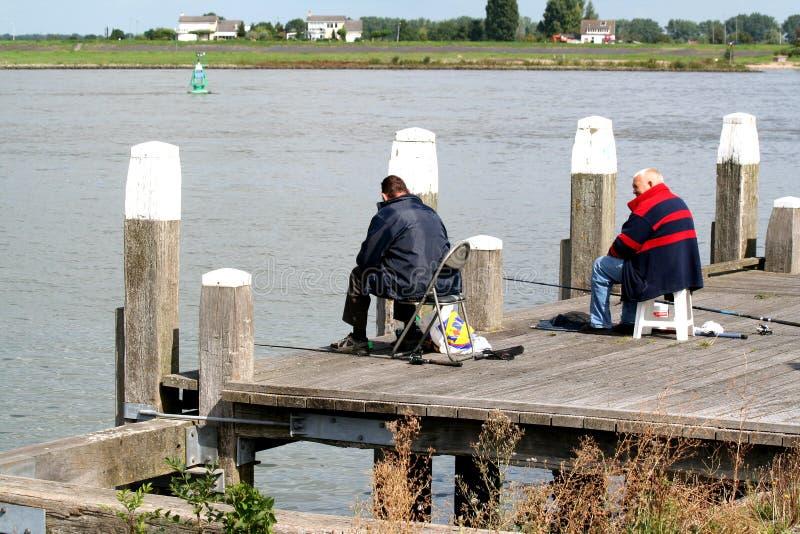 homme de pêcheur au quai photographie stock