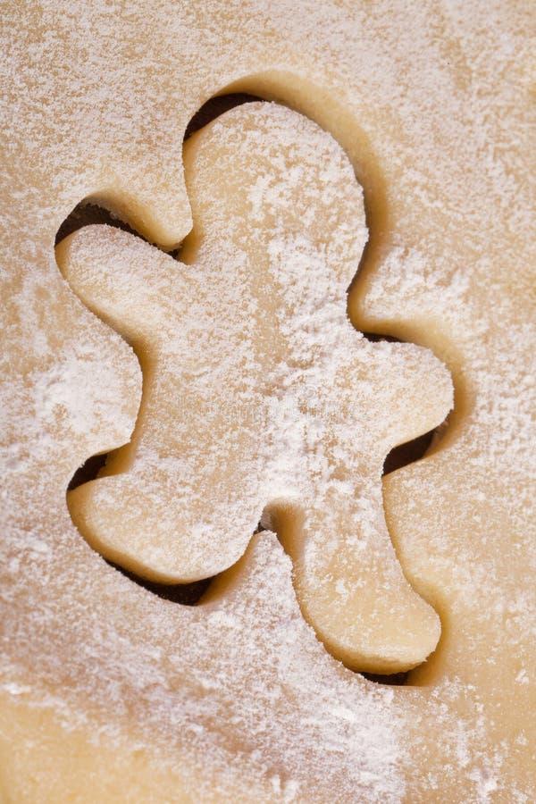 Homme de pain d'épice de la pâte de biscuits de découpage photographie stock libre de droits