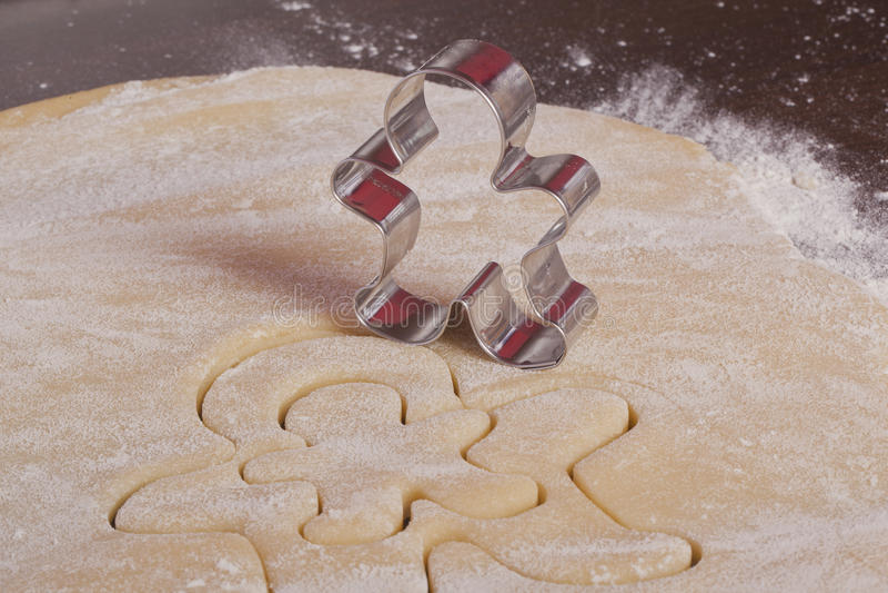 Homme de pain d'épice de la pâte de biscuits de découpage photo stock