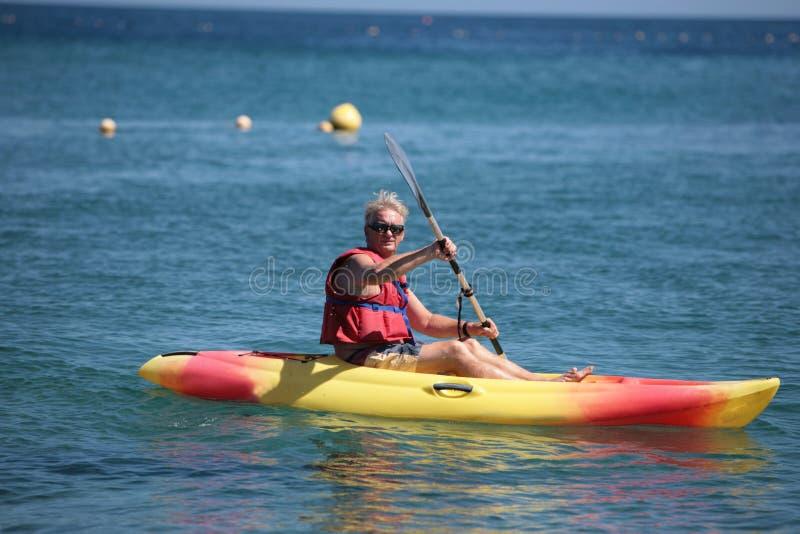 homme de personnes âgées de canoë images stock