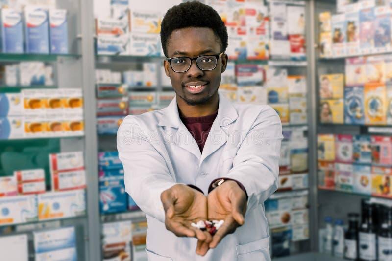 Médecine, Pharmacie, Soins De Santé Et Concept De Personnes - Bouteille  Africaine Heureuse D'apparence De Pharmacien D'homme De D Image stock -  Image du pharmacie, indien: 154958791