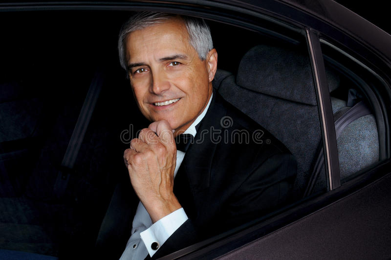 Homme de plan rapproché dans le Tux dans le véhicule photos stock