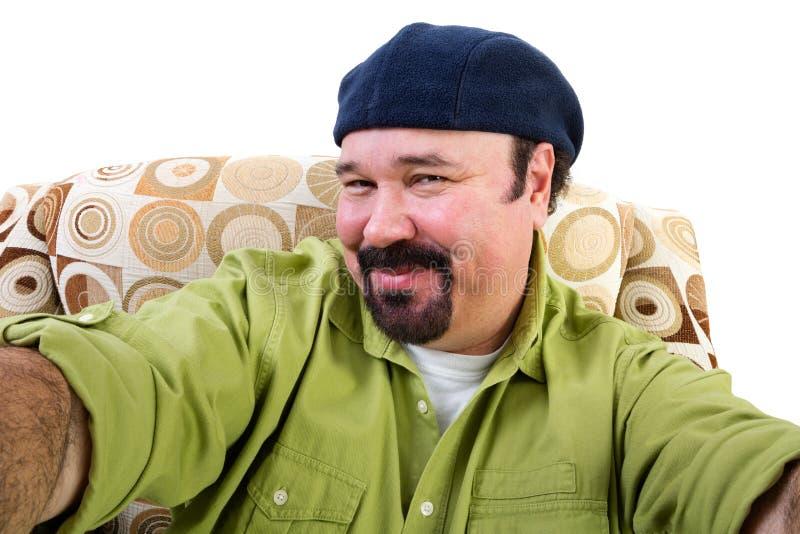 Homme de poids excessif de sourire dans le fauteuil prenant le selfie images libres de droits
