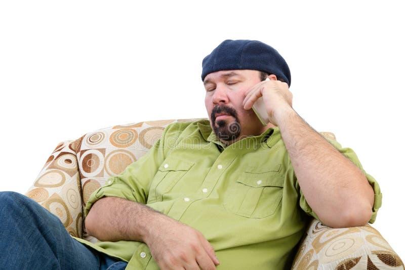 Homme de poids excessif ennuyé employant un mobile images stock