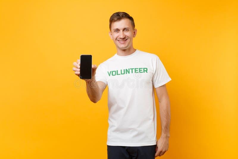 Homme de portrait dans l'écran vide de titre d'inscription écrit par T-shirt blanc de prise de blanc volontaire vert de téléphone images stock