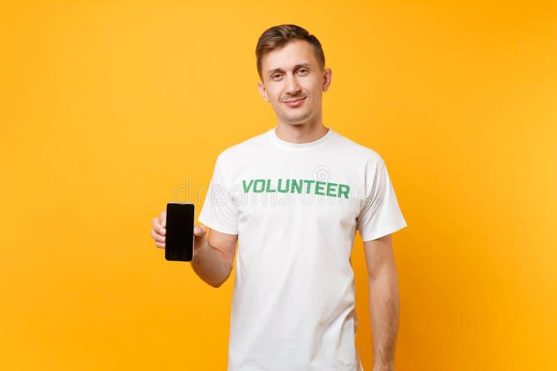 Homme de portrait dans l'écran vide de titre d'inscription écrit par T-shirt blanc de prise de blanc volontaire vert de téléphone photos libres de droits