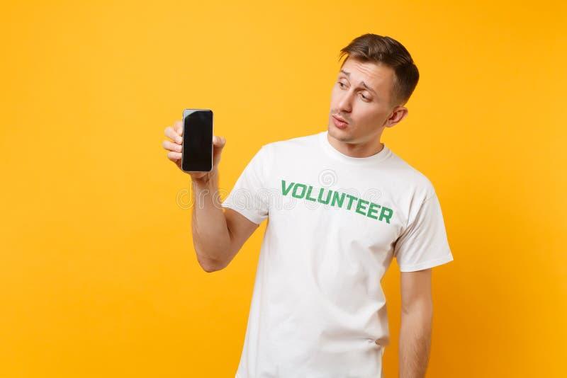 Homme de portrait dans l'écran vide de titre d'inscription écrit par T-shirt blanc de prise de blanc volontaire vert de téléphone image stock