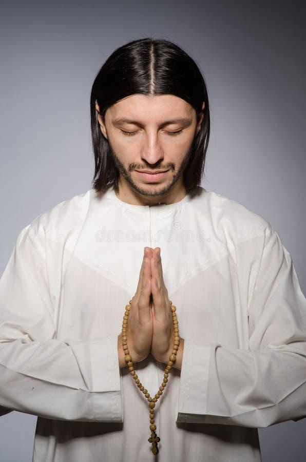 Homme de prêtre dans religieux images stock