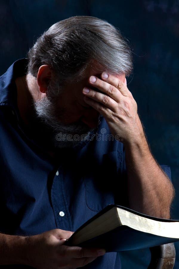 Homme de prière image stock