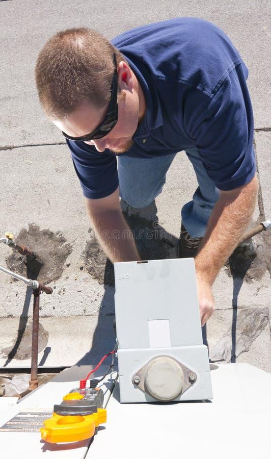 Homme de réparation de climatiseur photos libres de droits