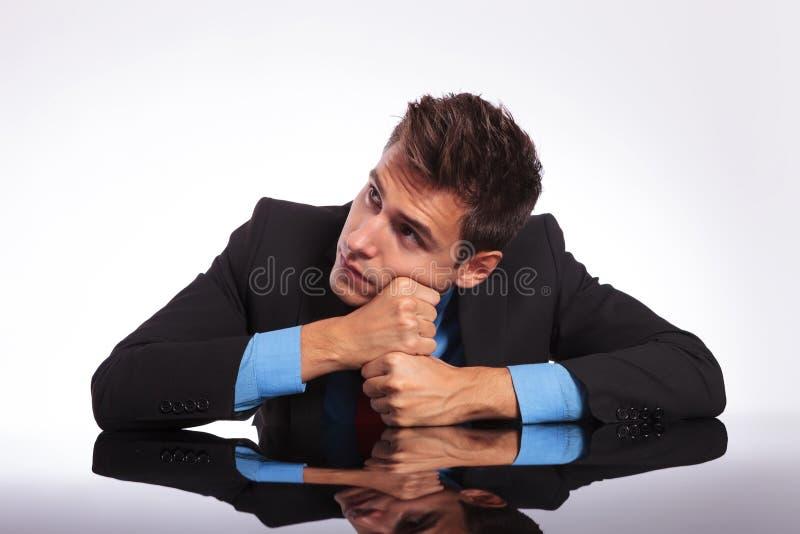 Homme de rêveur s'asseyant au bureau images libres de droits