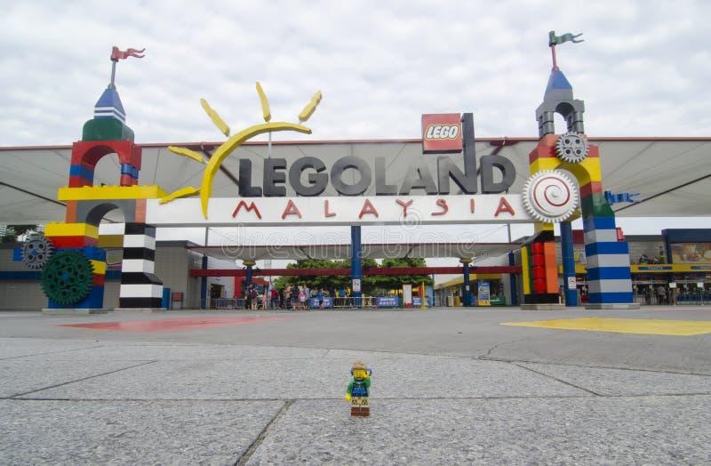 Homme de randonneur de Lego dans le legoland avant Malaisie image libre de droits