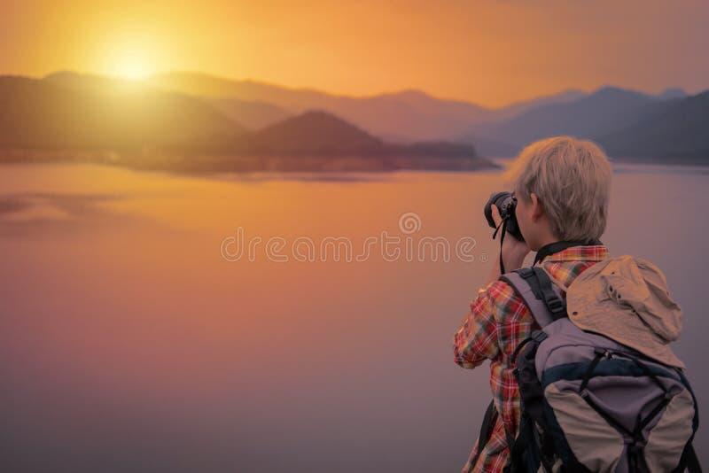 Homme de randonneur de voyageur avec le sac à dos augmentant près du lac backp de touristes photos libres de droits