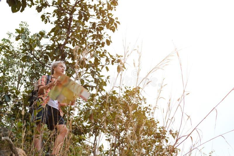 homme de randonneur de voyageur avec le sac à dos augmentant sur la montagne CCB de touriste photo stock