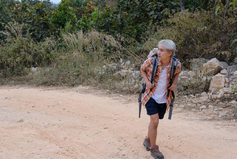 homme de randonneur de voyageur avec le sac à dos augmentant sur la montagne CCB de touriste photo libre de droits